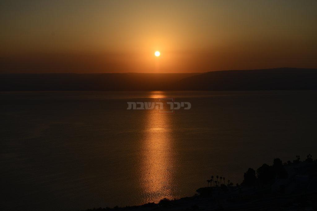 השמש שוקעת מעל הכנרת (צילום: מנדי הכטמן / פלאש 90)