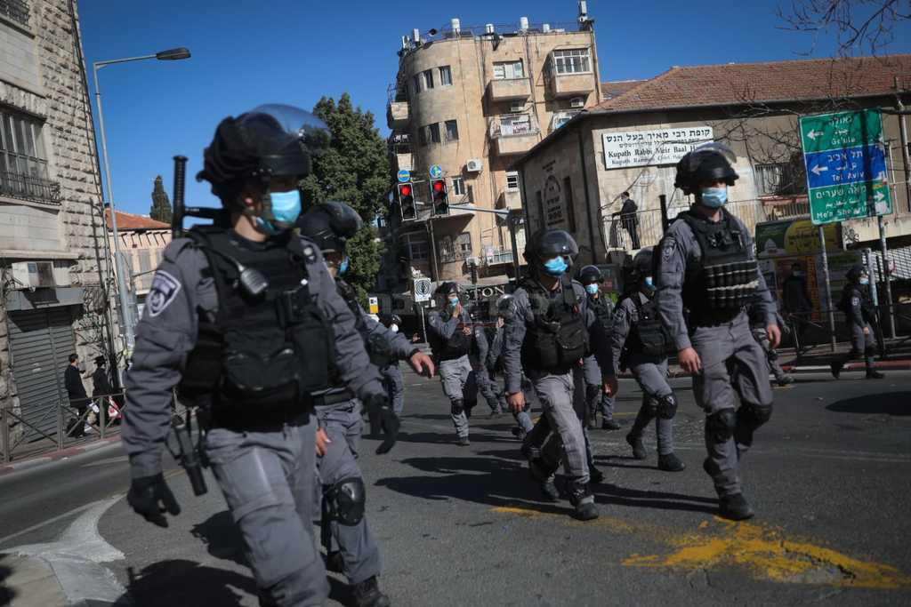 השוטרים בכיכר השבת, ביום ראשון (צילום: חיים גולדברג, כיכר השבת)