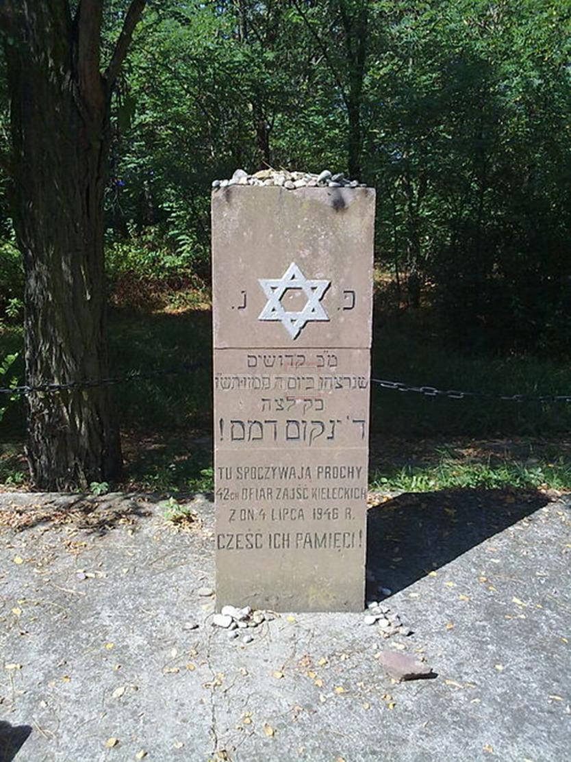 אנדרטה המוצבת בבית הקברות היהודי בעיר (צילום: אלי 1, ויקיפדיה)