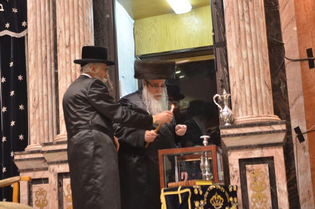 הרבי מצאנז בהדלקה (משה גולדשטיין)