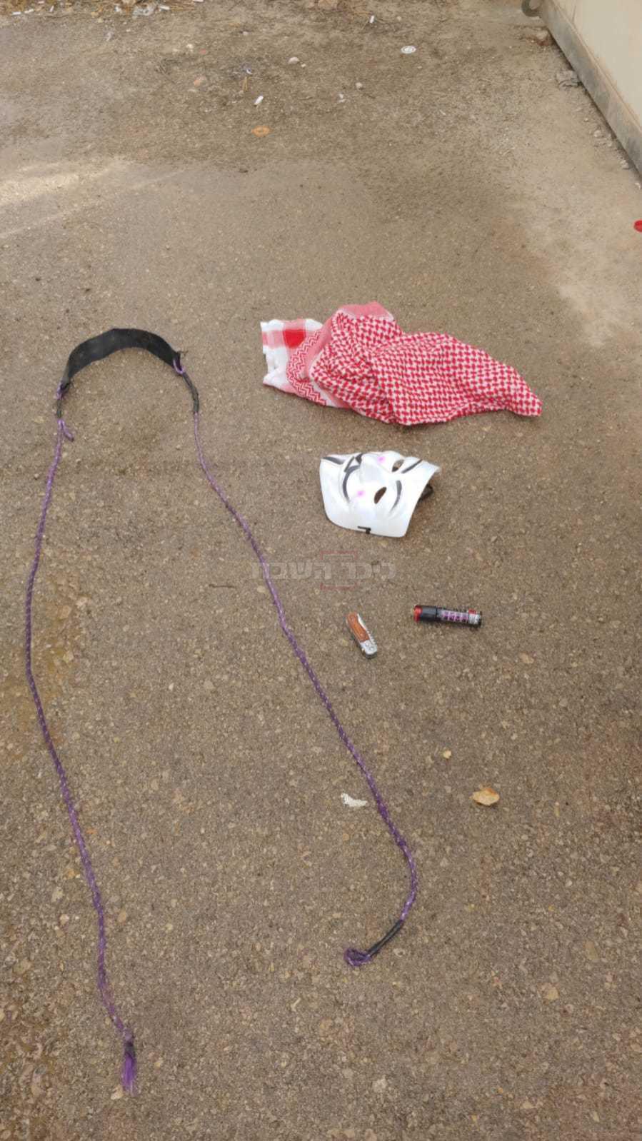 המסכה והסכין של החשוד (צילום: דוברות המשטרה)