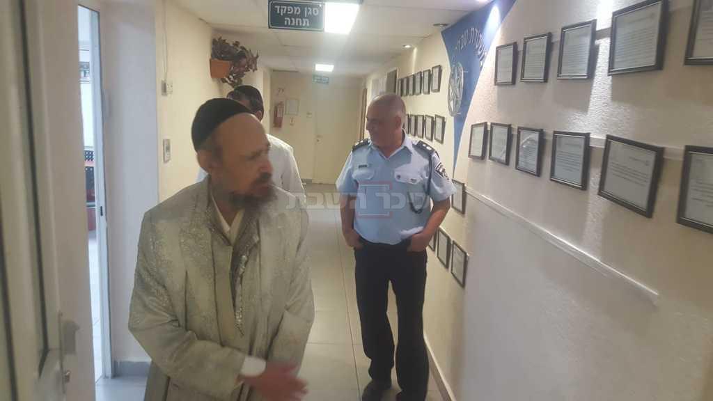 הרב קוק בהגשת תלונה במשטרה נגד קובי. ארכיון (צילום: שמעון כהן)