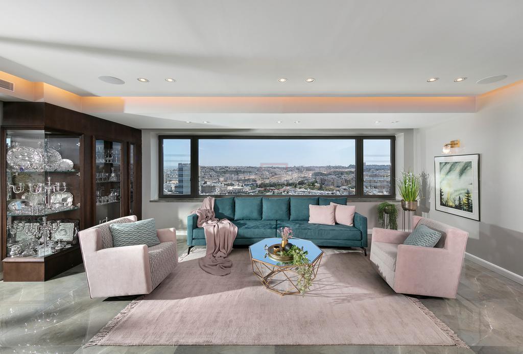 שילוב הצבעים בפינת הישיבה משווה לסלון מראה עדכני (צילום: אלעד גונן)