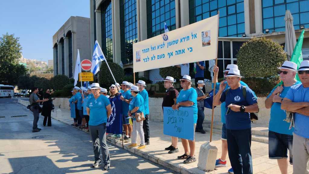 מפגינים למען שמעון לביא (צילום: חיים גולדברג, כיכר השבת)
