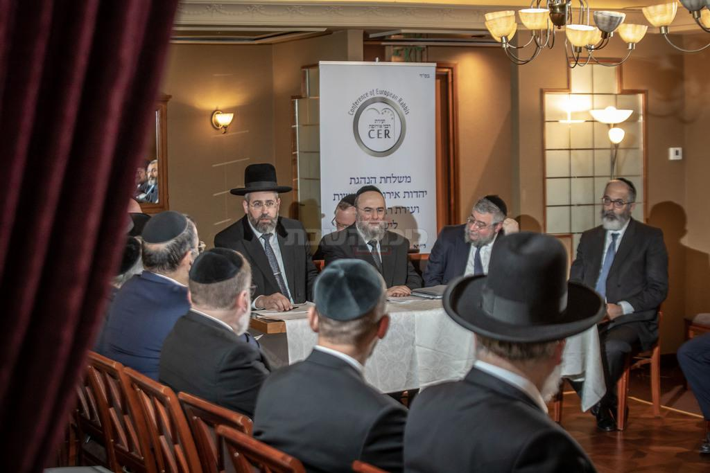 בכינוס עבר של הועידה בירושלים, עם הרב לאו (צילום: אלי איטקין)