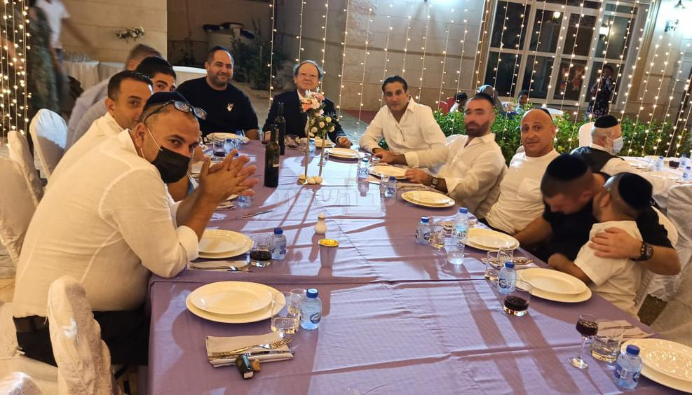 עומר אדם עם חיים ישראל בסעודת שבת במרכז היהודי בדובאי בראשות הרב לוי דוכמן ונשיא הקהילה סולי וולף (צולם ע''י נוכרי)