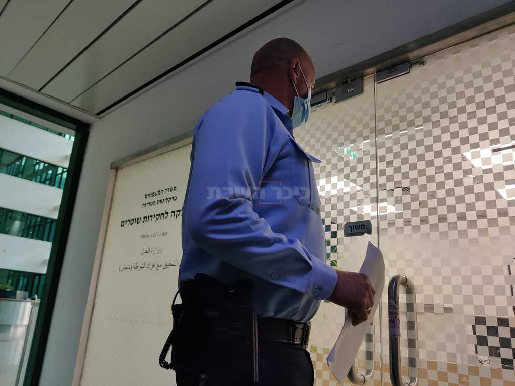 מפקד תחנת שלם רונן חזוט, שפיקד על צוות היס''מ, בכניסה למח''ש (חיים גולדברג, כיכר השבת)