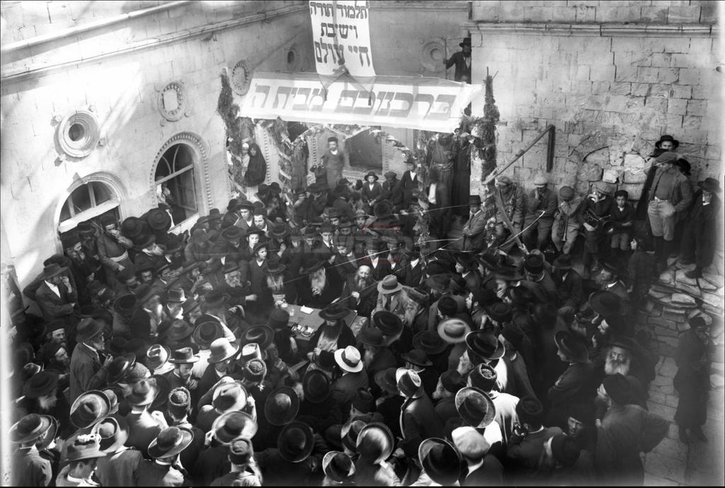 טקס הנחת אבן הפינה לקומה נוספת בישיבת ''חיי עולם''; במרכז הבמה: הרב זוננפלד והרב קוק (חנוכה תרפ''ז) (מתוך הספר ''קורא לדגל'', מאת הרב אברהם וסרמן)