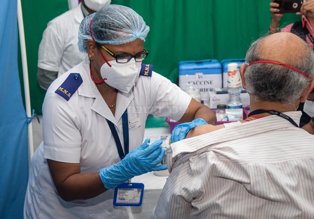 רק מעט חוסנו. מבצע חיסונים בהודו (shutterstock)