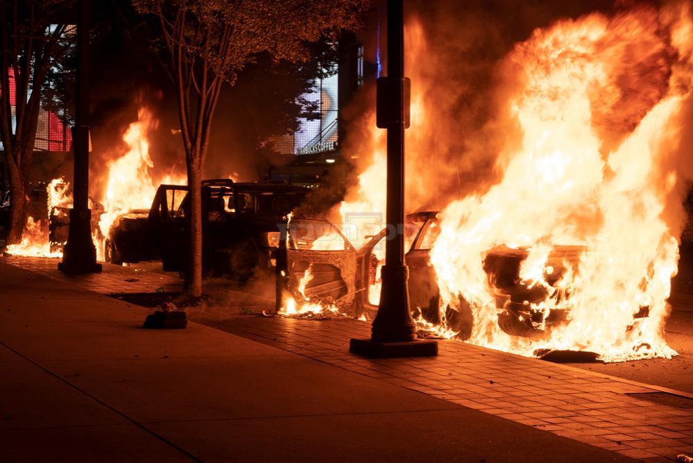 המפגינים הציתו שורת מכוניות (צילום: שאטרסטוק)
