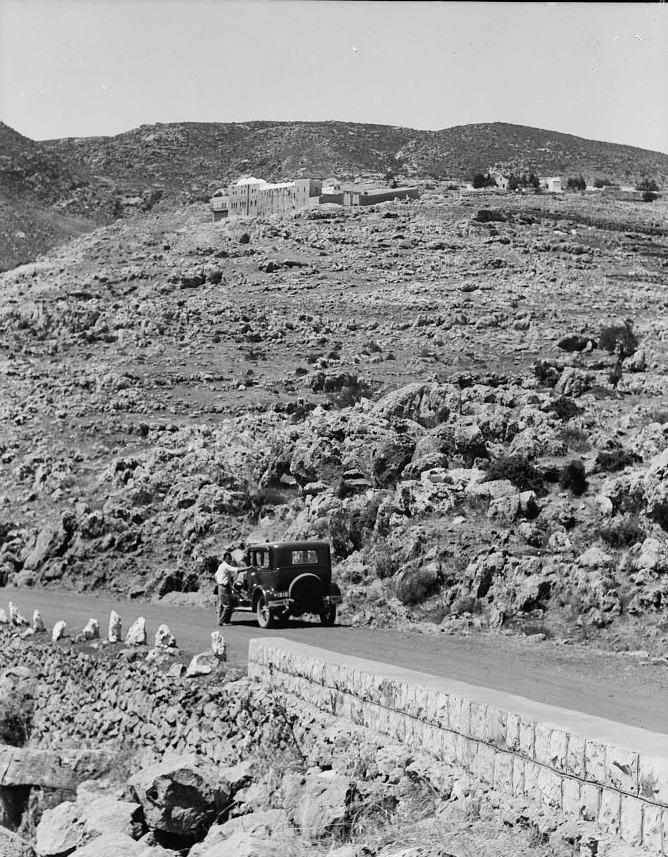 ''ירד מהחמור, והיה עולה על ידיו ועל רגליו'' - מעלה ההר לכיוון הציון (circa 1930, Library of Congress)