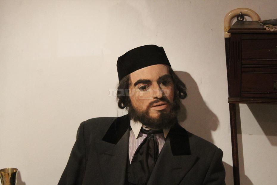 האב החרדי במוזיאון החאן (צילום: ישראל שפירא)