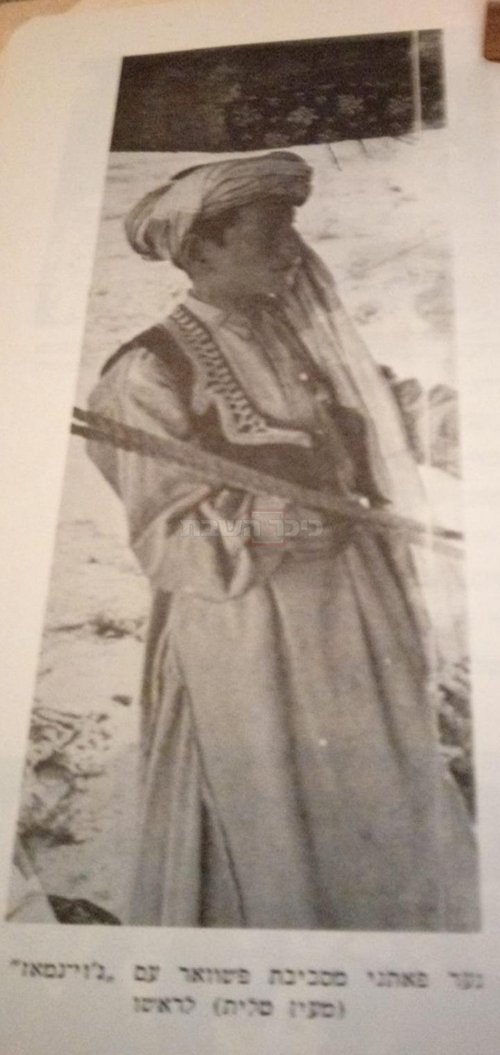 נער פאטני עם 'מעין טלית' על ראשו (מתוך ספריו של הרב אביחיל, באדיבות המשפחה)