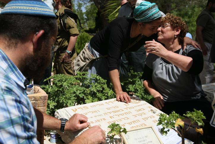 מרים פרץ על קבר בנה אלירז הי''ד (צילום: פלאש 90)
