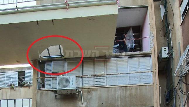 החור ברצפת המרפסת, באסון בחיפה (צילום: דוברות איחוד הצלה)