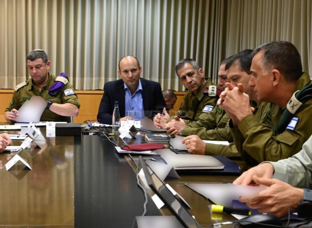 וינטר (משמאל) בדיון לשכת שר הביטחון