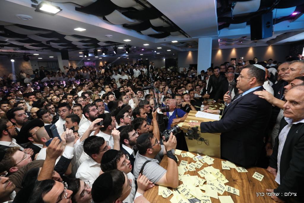 משה ליאון חוגג עם הפעילים החרדים (צילום: שלומי כהן)