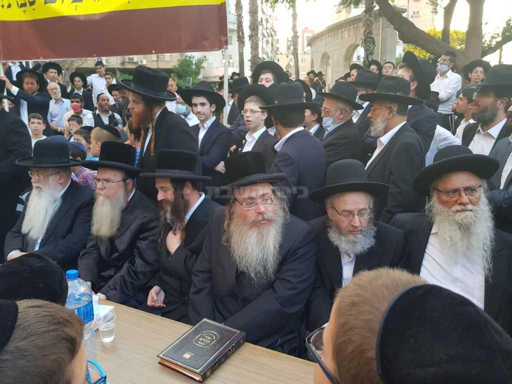 חלק מהרבנים שהשתתפו בעצרת (צילום: רשת התקשורת הנקודה)