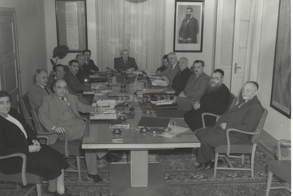 ישיבת ממשלה בראשות דוד בן גוריון. שני מימין: הרב לוין (צילום: MENDELSON HUGO / לע''מ)