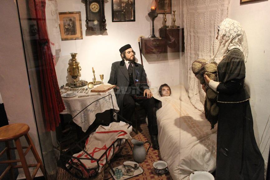 המשפחה החרדית במוזיאון החאן (צילום: ישראל שפירא)