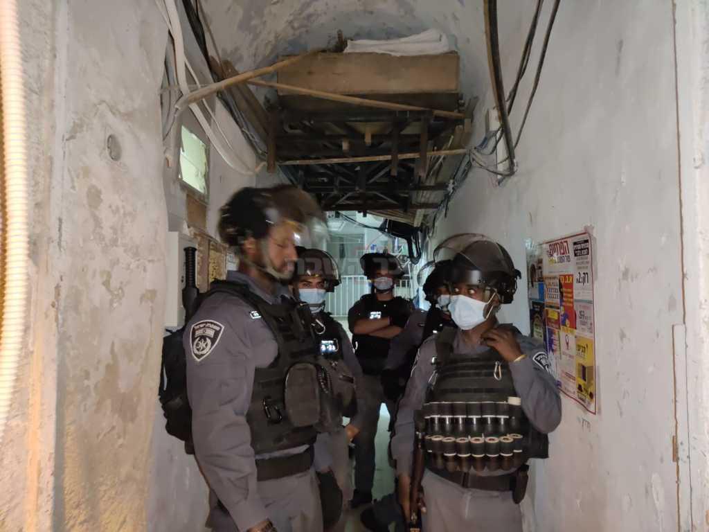 השוטרים במהלך הפשיטה במא''ש, לפנות בוקר (צילום: חיים גולדברג, כיכר השבת)
