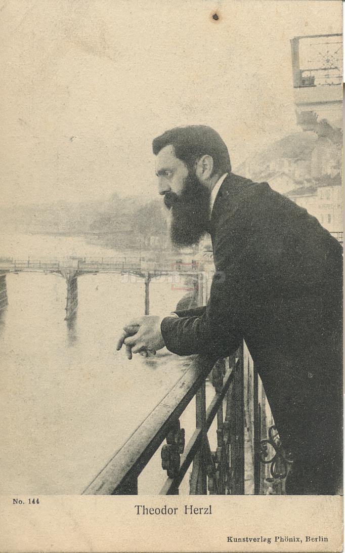 התמונה המקורית בה נראה חוזה מדינת היהודים בנימין זאב הרצל במרפסת של מלון שלושת המלכים (צילם: אפרים משה ליליין)