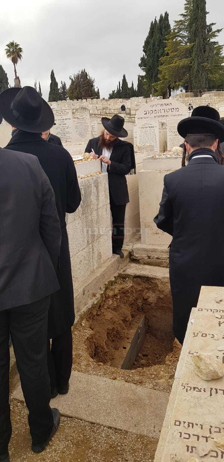 מתפללים, סמוך לקבר המוכן (צילום: ש.א.ו)