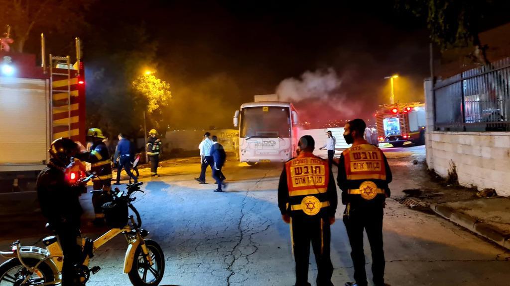 החשוד (משמאל) על אופניו בזירת אחת השריפות (צילום: דוברות 'צוות הצלה')