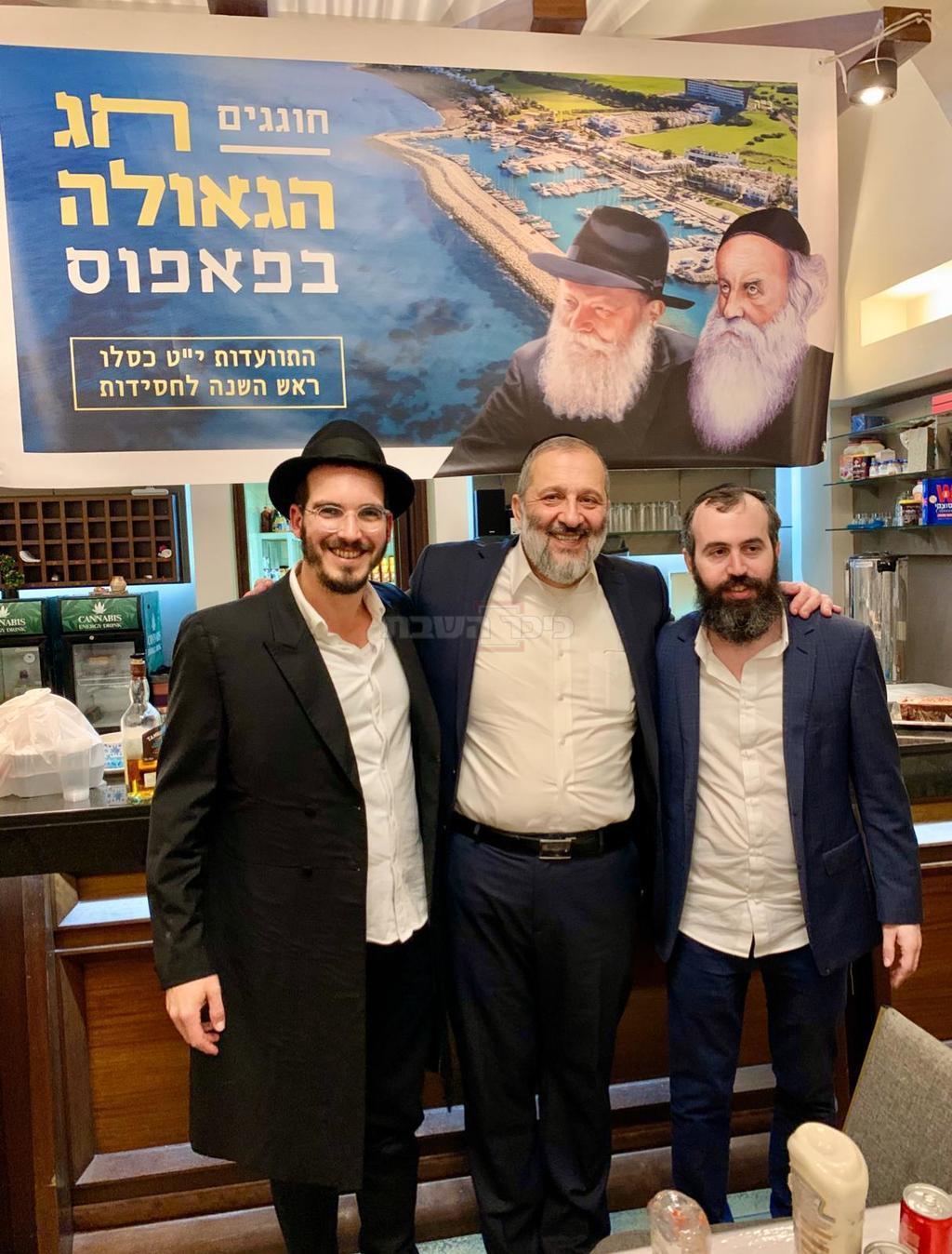 הרב יצחק אייזנבך (מימין) שליח חב״ד ויוני כהנא ממלון הלגונה הכחולה