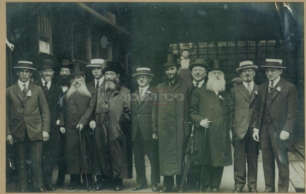 חבושים בצילנדר: חמישי מימין - הגרמ''מ אפשטיין, שני אחריו - הראי''ה קוק (בספודיק), אחריו, הגרא''ד כהנא-שפירא (חבוש צילינדר) במסע הרבנים לארה''ב  (מתוך ויקיפדיה)