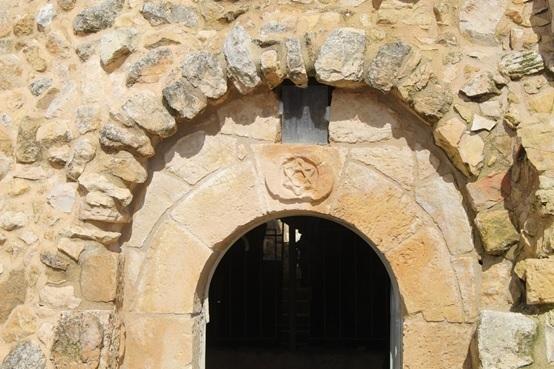 מגן דוד מהתקופה הצלבנית (1100 לערך) בגן לאומי ''נבי סמואל'', ע''פ החוקרים האיור נעשה בידי נוצרים (צילום: ישראל שפירא)
