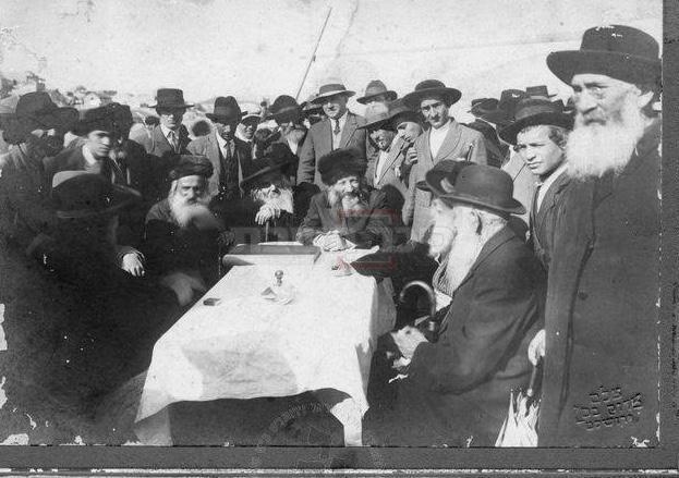 הרבנים, בגג הישיבה - פה אירע, לכאורה, ניסיון הרצח (מתוך הספר ''קורא לדגל'', מאת הרב אברהם וסרמן)