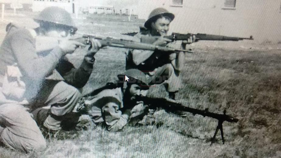 ר' יצחק קלפוס: ''מימין בתמונה אני עם רובה צכי. משמאל, אורי ורקר מירושלים  (אחרי הצבא הוא נעשה רואה חשבון). באמצע עם המקלע - בחור יקר שמים קשה לי  להיזכר מה שמו