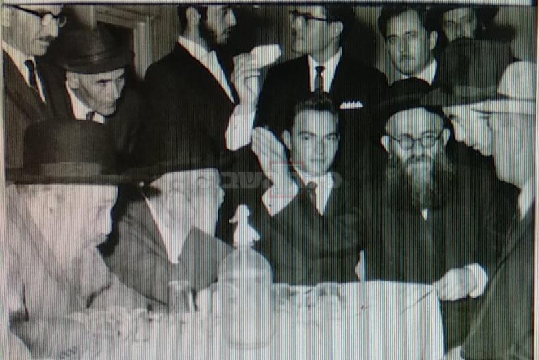 עומד בצד שמאל: ר' ראובן קלפוס זצ''ל, אביו של ר' יצחק קלפוס. יושב בצד ימין אחיו ר' שמעון קלפוס זצ''ל מקהילת נטורי קרתא בירושלים.