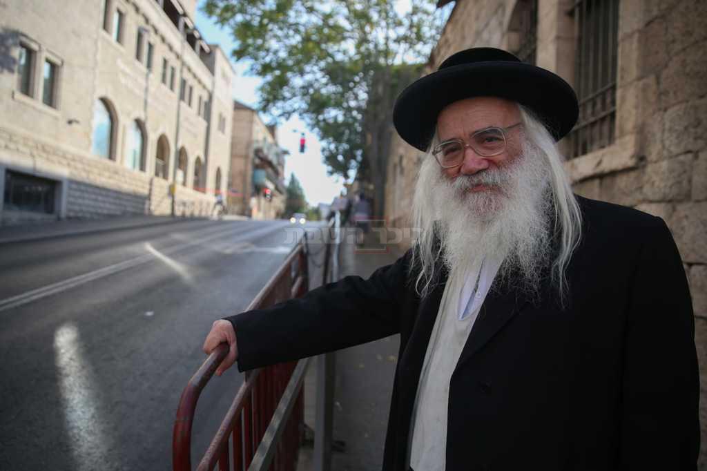 הרב בלוי ליד המחסום (צילום: חיים גולדברג, כיכר השבת)