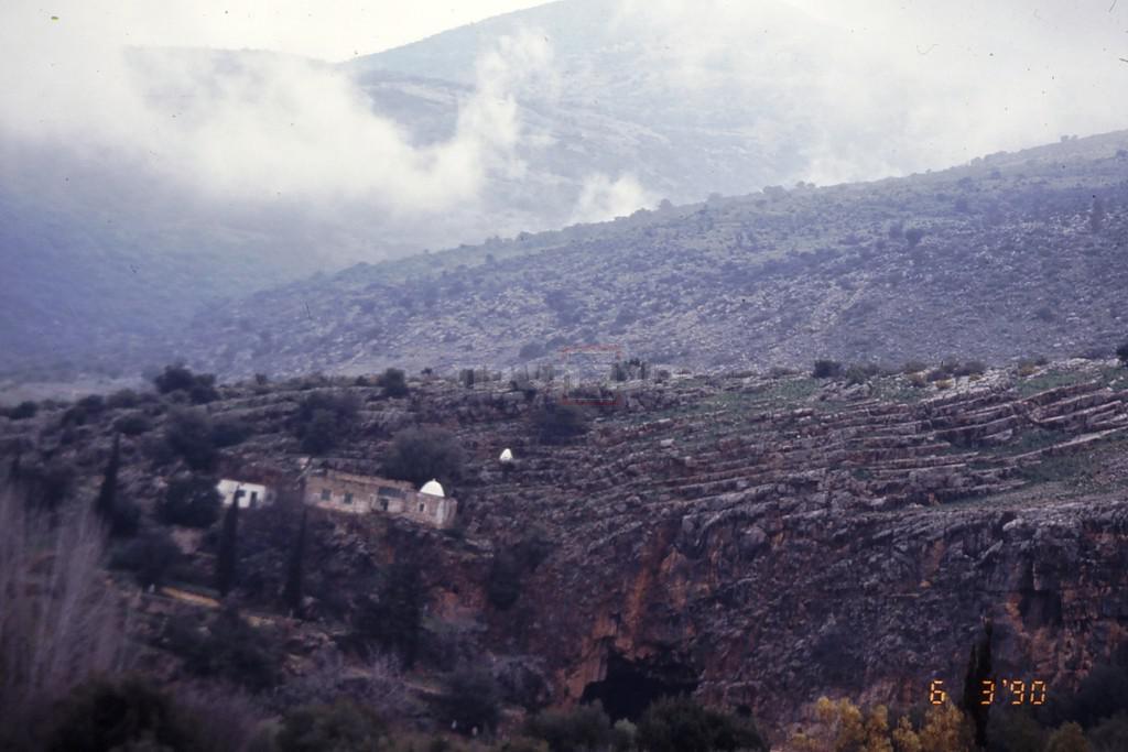 מערת בניאס וקברו של אל חאדר (צילום: ד''ר צבי הר-שפר)