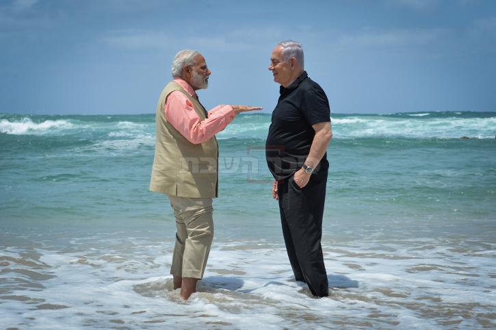 מודי בביקורו בישראל משכשך בים עם נתניהו. צילום: קובי גדעון, לע''מ
