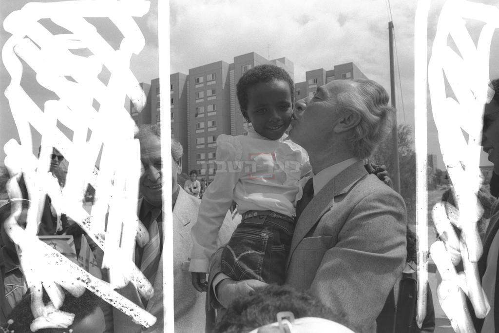 שמעון פרס עם עולי אתיופיה. באדיבות: לשכת העיתונות הממשלתית