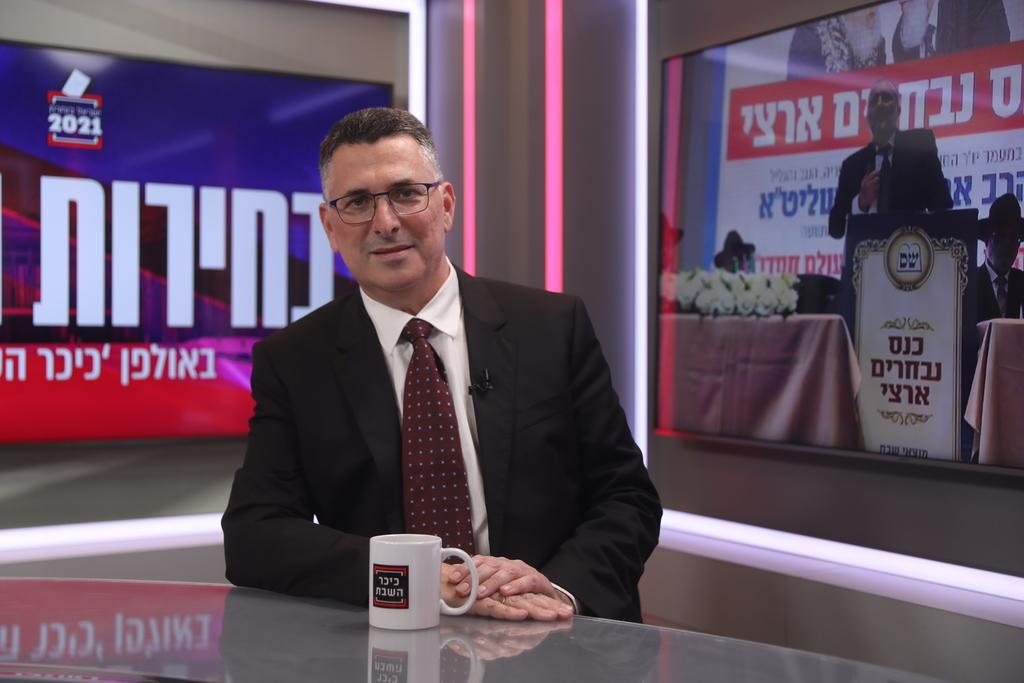 גדעון סער באולפן 'כיכר השבת' (צילום: חיים גולדברג)