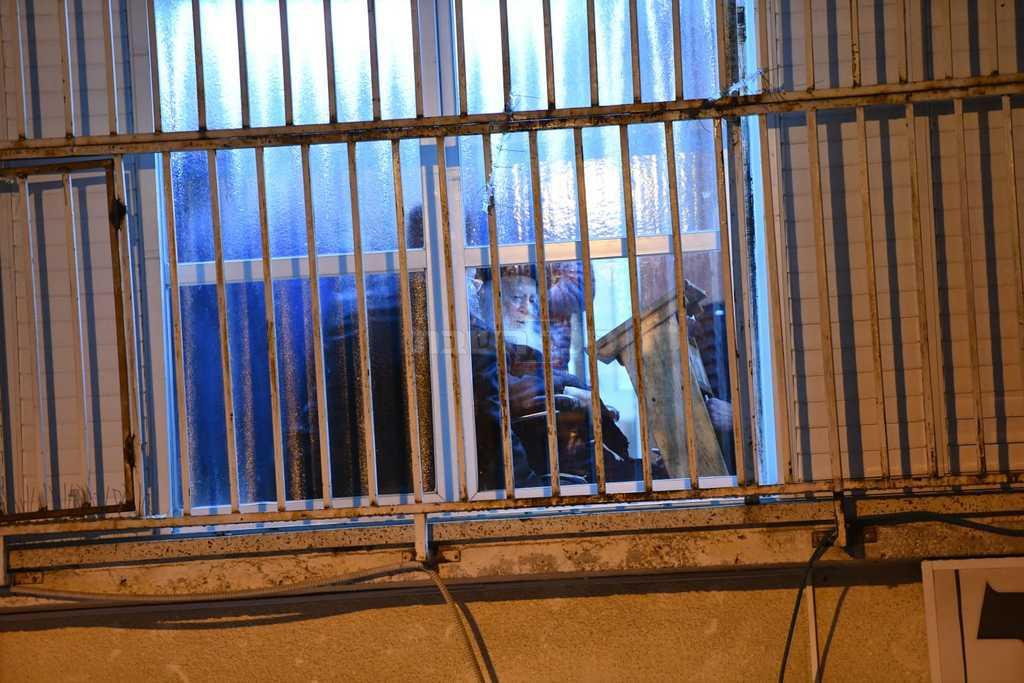 מרן הגר''ח משתתף מחלון ביתו