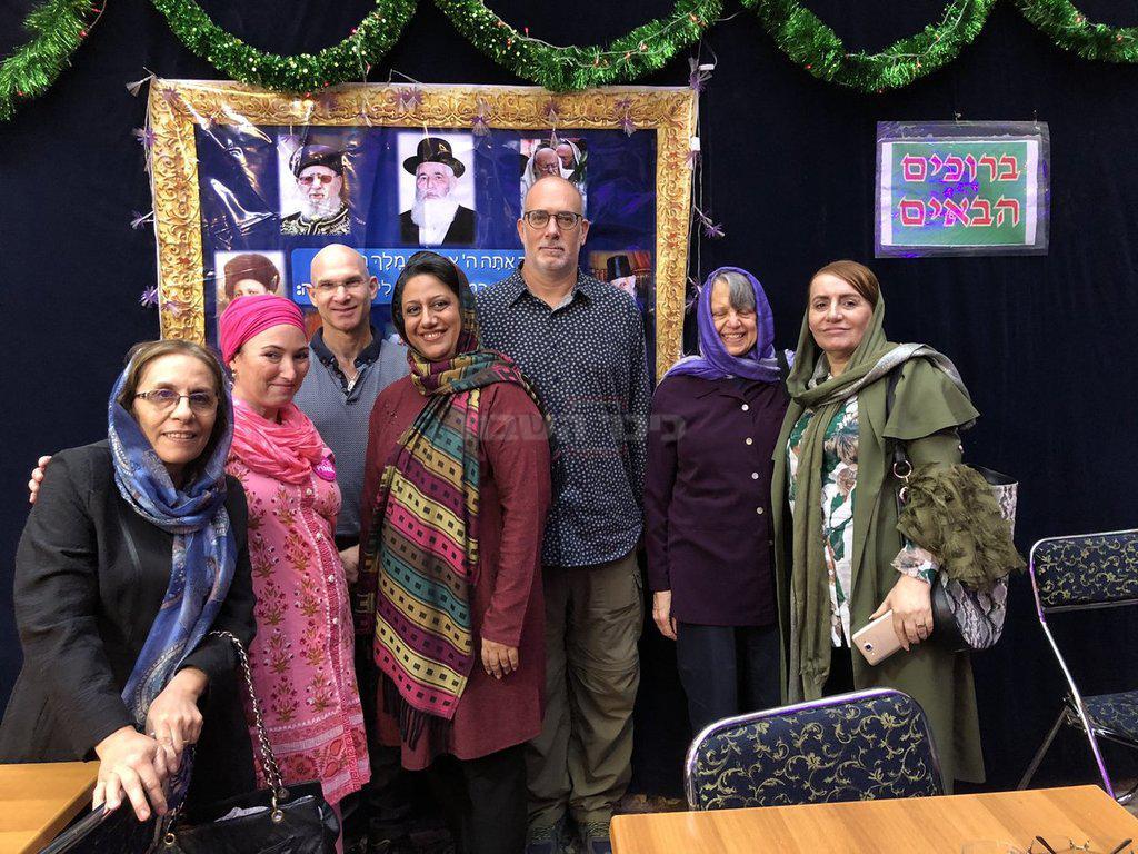 המשלחת עם נשים יהודיות איראניות בסוכה