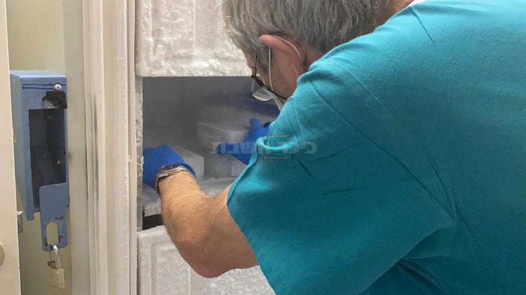 החיסונים מוכנסים למקררי הקפאה בהדסה (צילום: דוברות הדסה)