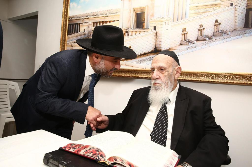 אבוטבול מתברך מנשיא המועצת ראש הישיבה חכם שלום כהן (צילום: דוברות ש''ס)