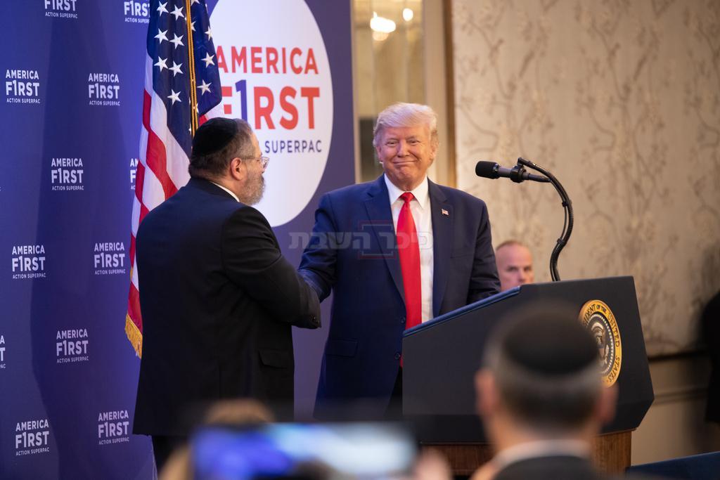 הרב ג'ייקבסון עם טראמפ (קרדיט: שמחה שיינער)