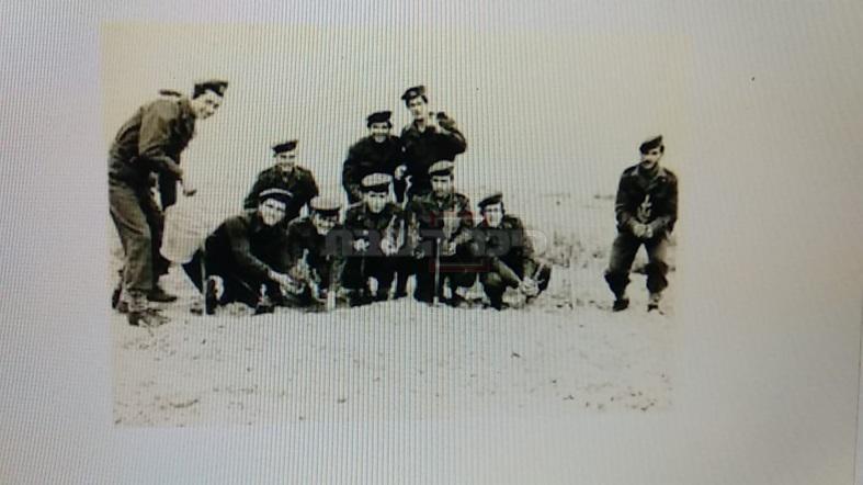 תמונה מט''ו בשבט, טקס נטיעה אילנות. ר' יצחק קלפוס (שני מימין) מחזיק נטיעה