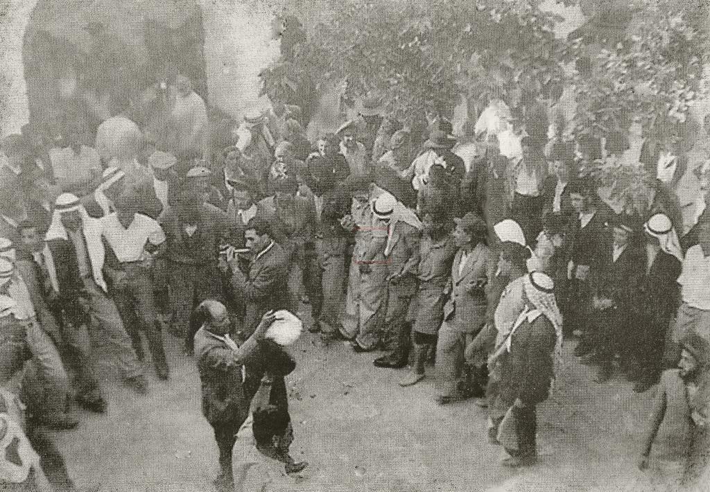 חגיגות ל''ג בעומר בחצר המערה במירון בשנות ה-20 של המאה ה-20, בהשתתפות ערבים ודרוזים