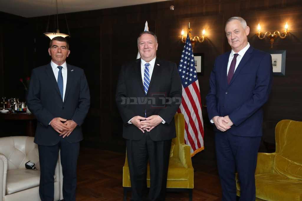בסיום הפגישה: גנץ, אשכנזי ופומפאו (צילום: מתי שטרן, שגרירות ארה''ב)