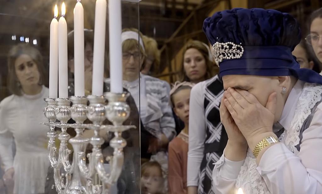 הרבנית מבעלזא בהדלקת נרות (באדיבות כאן 11)