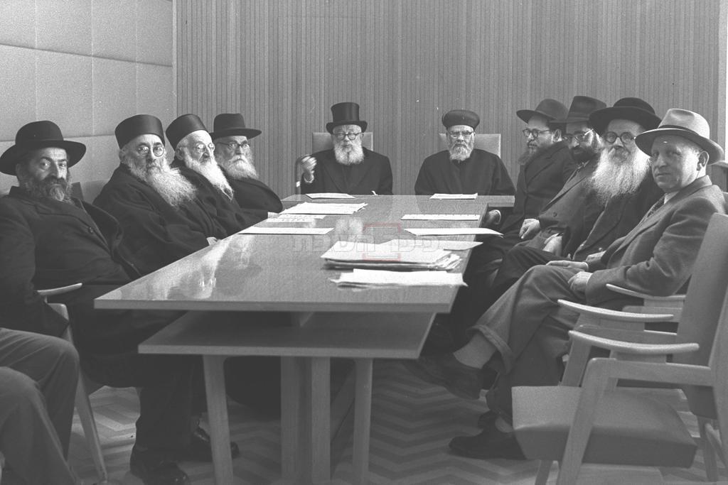 שלישי מימין: מרן הגר''ע יוסף זצ''ל, שלישי משמאל: רבי עובדיה הדאיה זצ''ל (צילום: PRIDAN MOSHE, לע''מ)