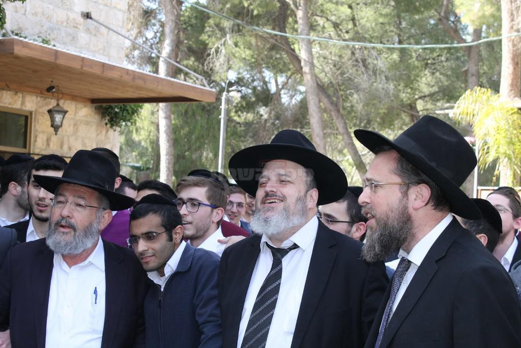 ראש הישיבה הגר''א עוזר (במרכז) המשגיח הרב שפיצר משמאל